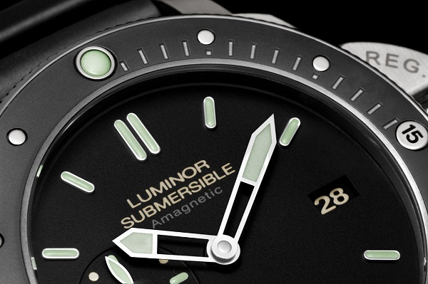 Часы PANERAI Luminor Submersible AMAGNETIC PAM 00389 циферблат